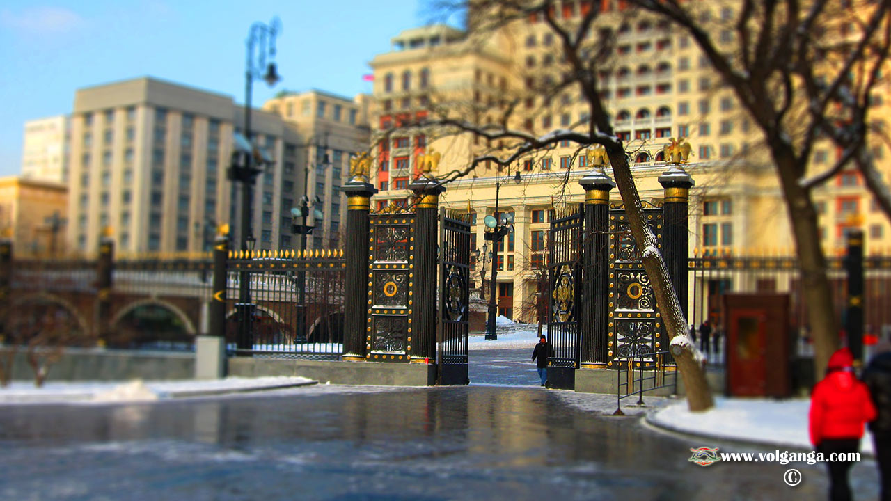 Moscow- miniature effect. Gates in Alexandrovsky Sad