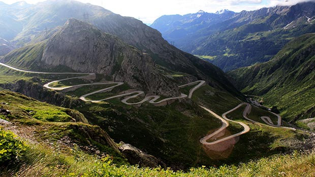 World's 18 craziest roads