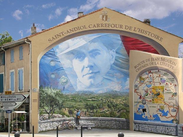 Live frescoes on facades