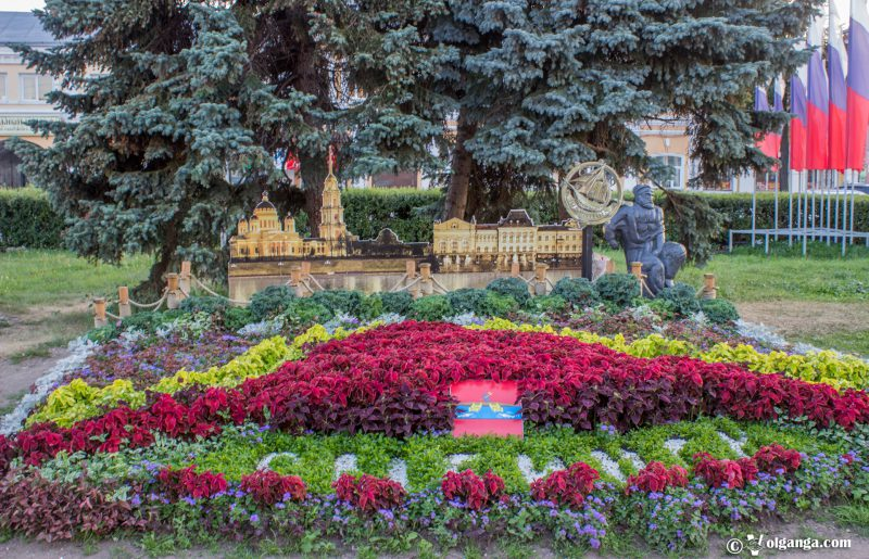 Flowerbed by Rybink town, Yaroslavl, 2016